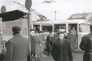 Obrázek Cestující před Hlavním nádražím