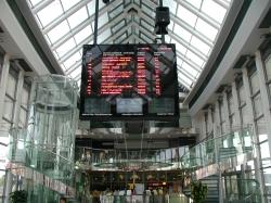 reklamní spot bez zvuku na informační tabuli v halách Terminálu hromadné dopravy